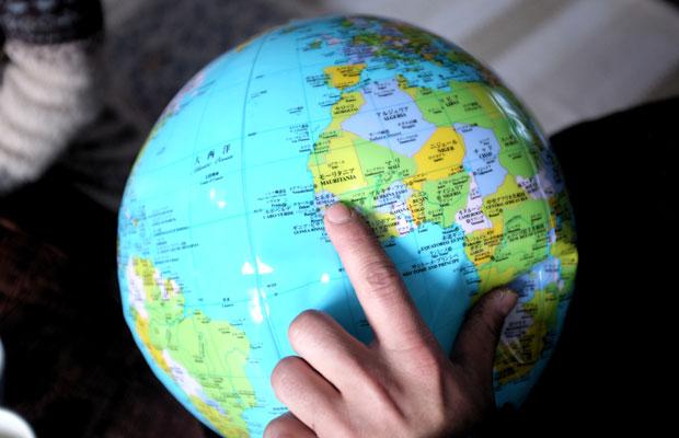 地球儀で場所をたどりながら夫妻に話を聞いた。バリ島からアフリカまでの長い道のりがリアルに伝わる。