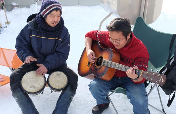 打ち合わせなく始まった、太鼓とギターのセッション。