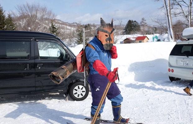 スキーをはいて鬼のお面をかぶった友人が登場。子どもたちは真剣な表情で豆まきをした。