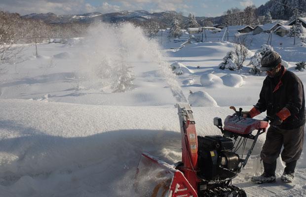 雪用のシャベルを使うほか、小型の除雪機も活躍。雪を巻き上げて遠くへ飛ばす。