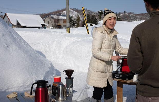美流渡でカフェを始めた移住者の新田陽子さん。現在、お店の改装中でお休みということもあって、わが家でコーヒーとココアを入れてくれた。