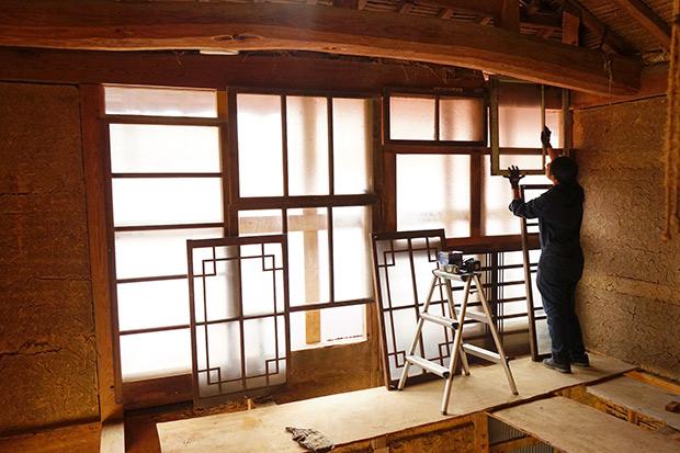 古材の建具を組み合わせた、大きな窓。