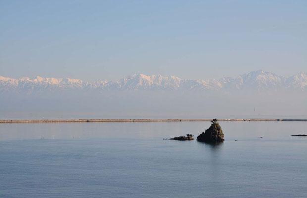 富山湾越しに見える立山連峰の景色はすばらしい。