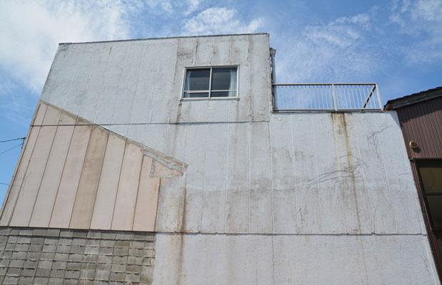 隣の家の跡が外壁に残されているため、仕上げが違う。