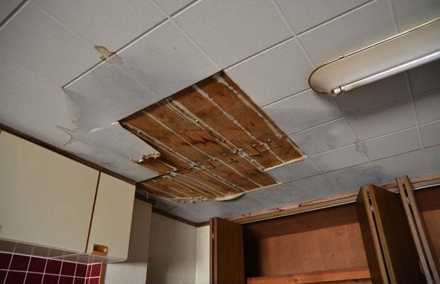 2階、上の階があるのに天井に雨漏りが。壁の穴から吹き込んだと思われる。