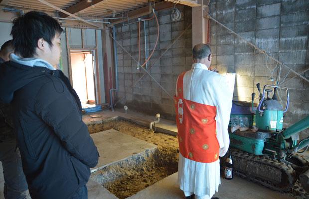 工事の安全を祈願、神社の宮司さんではなくお寺の住職さん。