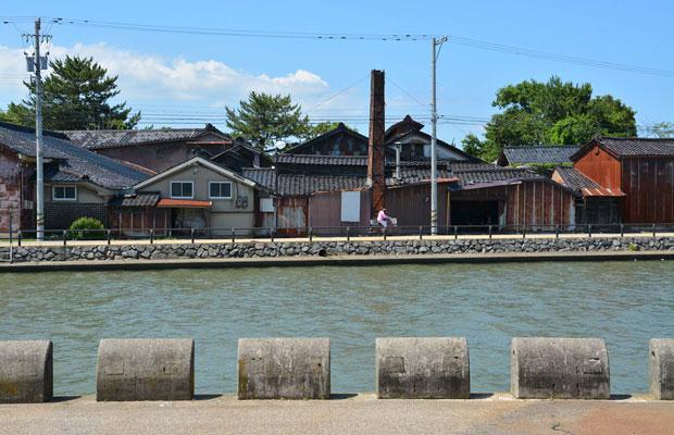漁港だけじゃなく、古い味噌蔵も酒蔵もある。