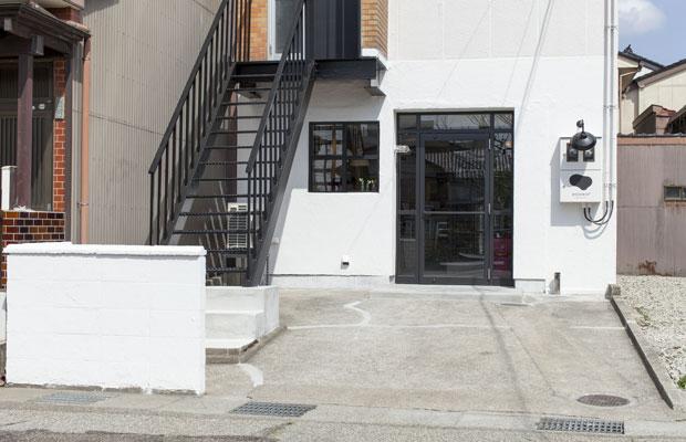 大きな開口部だった1階は、店の雰囲気にふさわしいデザインに。