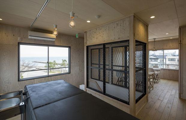 3階は、合板とフローリングの空間の中央に、鉄製フェンスの階段室。
