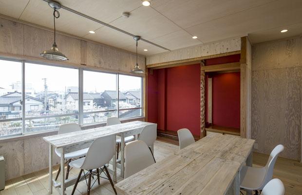 和室にあった床の間をそのまま再利用、ベンガラ色に塗り直し。