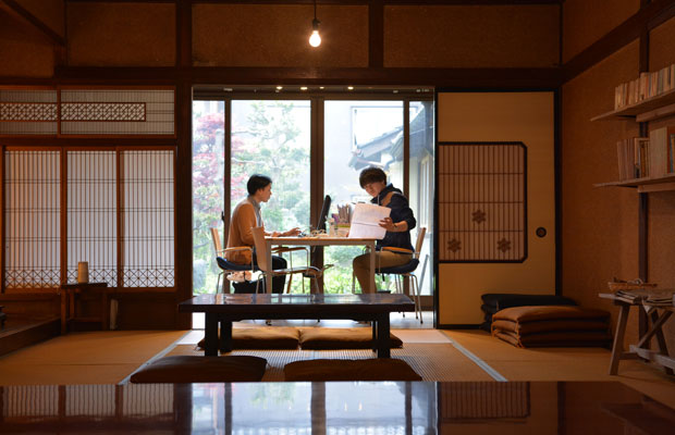 昭和レトロな空間、まちのタマル場で働くスタッフたち。