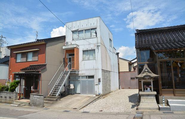 魚取神社のすぐ側、この辺りでは珍しい造りの建物。