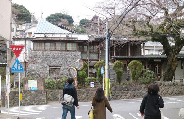 コミュニティ真鶴の正面外観。左側1階の外壁は、小松石の加工の過程で発生する破片である「木端石」を利用しています。さまざまな人が施工に参加した手づくり感は、既製品にはないおおらかな質感。