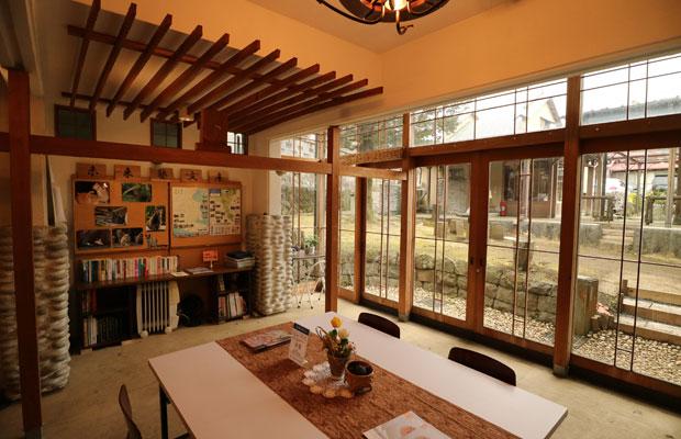真鶴の各地でとれた石や竹といった地域素材や、漁網を編む技術などが寄せ集まってできている。また、既存樹木を生かした中庭型の配置計画が、建築によって裏表が生じないような工夫につながっている。