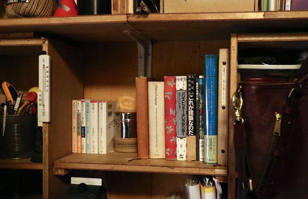 本棚のクリストファー・アレグザンダーによる著作が集まる一角。