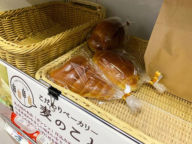 陳列棚のパン。
