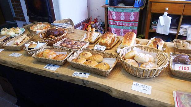 店内にはたくさんの種類のパンが並びます。