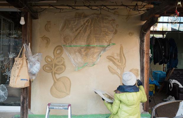 もともとは蔵だった建物の壁に絵を描いてもらいました。