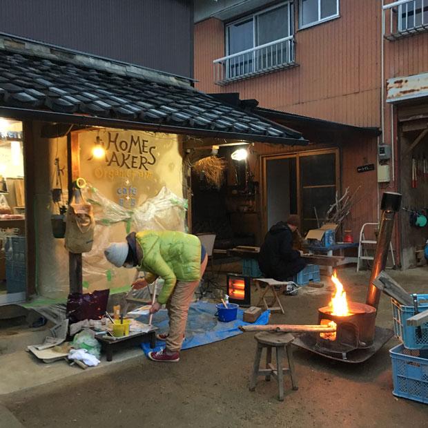 暖かい日が多いのに、なぜかゆっこさんが作業する日は寒い。火を焚きながら。