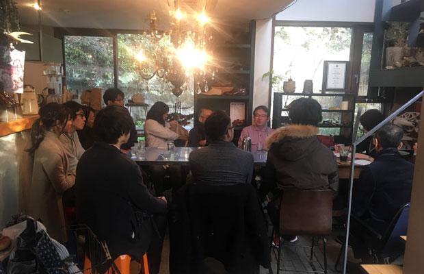 テールベルト&カノムパンで不定期開催されている名物企画「鎌倉哲学カフェ」。大学の哲学科の教授をファシリテーターに、参加者たちが愛や尊厳死などのテーマについて熱く語り合うこのイベントは、募集開始後すぐに満席になってしまうほどの人気ぶりだ。(写真提供:テールベルト&カノムパン)