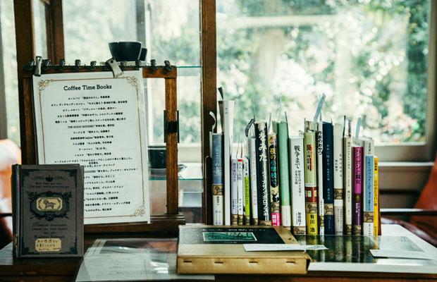 取材時に2階の一角で展開されていた「Coffee Time Books」。鎌倉の飲食店の店主がコーヒーを飲みながら読みたい本を1冊ずつ選び、それらが収められた本棚が各店舗を巡回していく。テールベルト&カノムパンでは、こうした持ち込み企画も不定期で行われている。