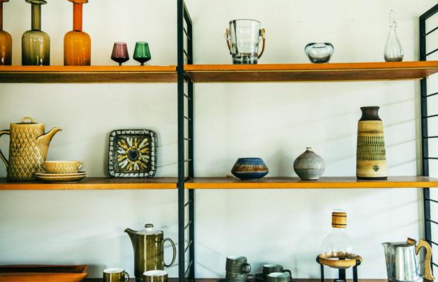 2階では美雪さんがイギリスなどで買いつけてきたさまざまな器がディスプレイされていて、これらはすべて購入することもできる。
