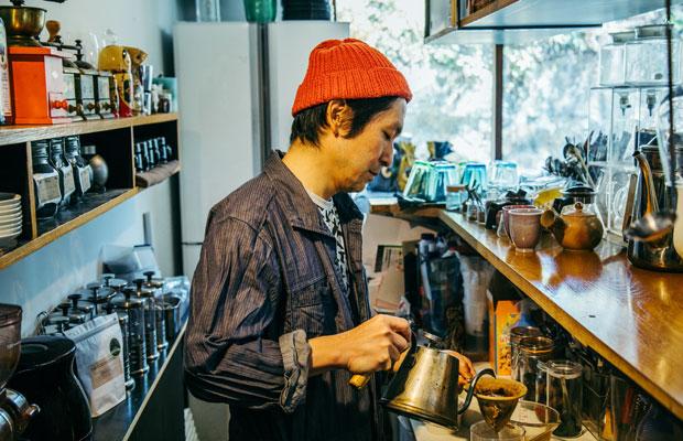 コーヒーをはじめとしたカフェでのドリンク提供は、岳さんが担当している。