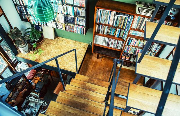 1階と2階をつなぐテールベルト&カノムパンの階段。コーヒーやパンなどの飲食のみならず、美雪さんたちがセレクトした本や雑貨、植物、さらに靴工房までが混在する独特の空間だ。