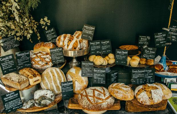 1階では、県内産の小麦とオーガニックな素材にこだわったさまざまなパンが販売されている。パンづくりを主に担っているのは、カノムパンの中村岳さん。