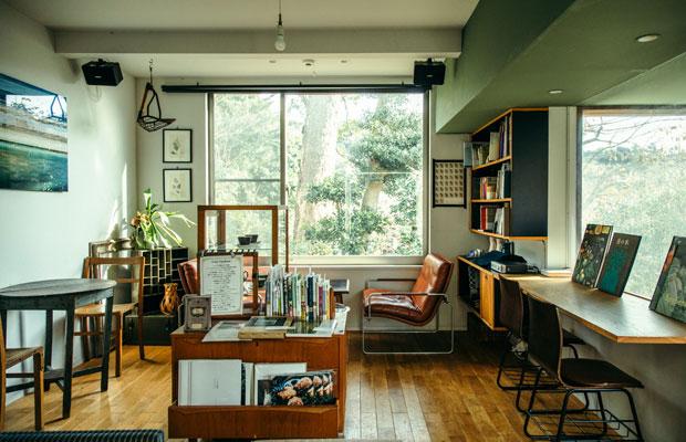友人宅のリビングに来たかのような気持ちでくつろげる2階スペース。空間づくりは、もともと内装設計を本業としていたテールベルトの美雪さんを中心にDIYで行い、インテリアは自作したものとヴィンテージ家具などを織り交ぜている。