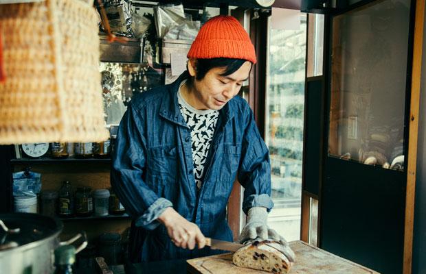 カノムパンは量り売りスタイル。欲しいサイズに合わせて、その場ですぐにパンをカットしてくれる。