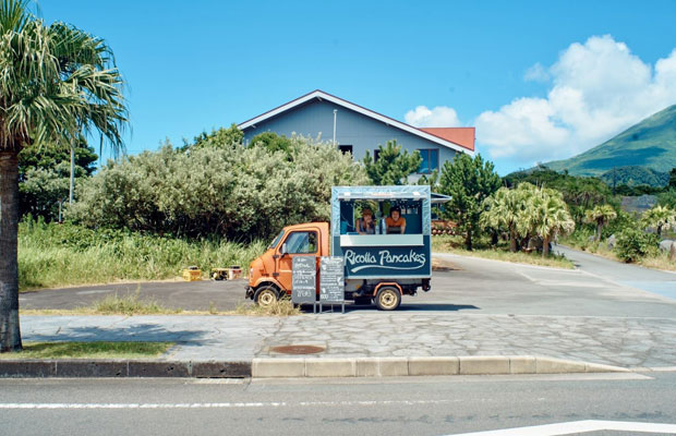 八丈島産の素材を使ったパンケーキを夏季限定で移動販売するプロジェクト〈リコッタ・パンケイクス〉は、2013年から4年間にわたって行われた。イギリス製のピックアップトラックを改造したキッチンカーは、現在もテールベルト&カノムパンの店舗前に置かれている。(写真提供:フルタヨウスケ)