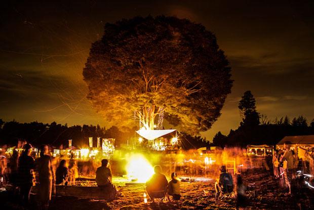 キャンプファイヤーの様子。夜になると、草原のあちこちに点在するキャンプに光が灯り、まちのあかりのように。