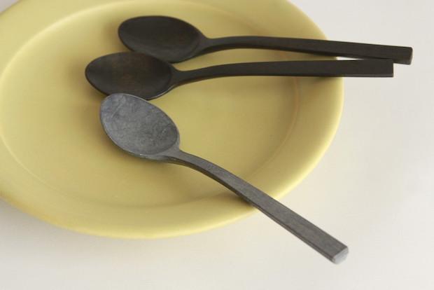 平皿と木のスプーン