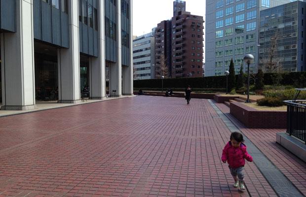 子どもは3人。上のふたりはお留守番だが、第三子は一緒に上京している。打ち合わせにも同行させているが、1歳半を過ぎて、だんだんやんちゃになってきた。