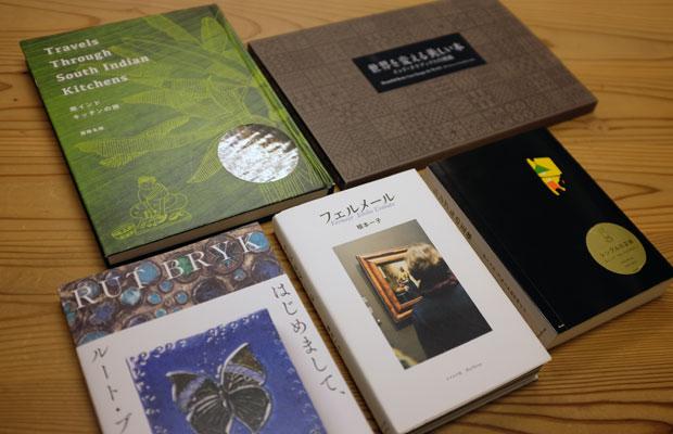 ブルーシープでは、展覧会と連動しつつ、作品世界を広げるような書籍を刊行。中央は、写真家・植本一子さんが約3週間にわたり、7か国17の美術館を巡って現存するフェルメールの全作品を取材した『フェルメール』。ナナロク社と共同刊行された一冊。