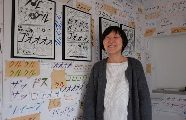 吉田宏子さん。幡ヶ谷の〈パールブックショップ&ギャラリー〉には、2月に刊行されたアーティスト・横山裕一の作品集『プラザ』の原画が飾られていた。