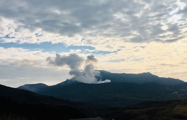 展望所からは阿蘇山の火口の噴煙も見えます。