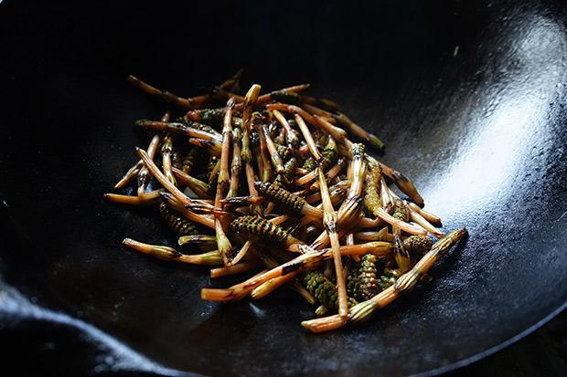 これぞ野草のずぼら料理。3分でつくれます。
