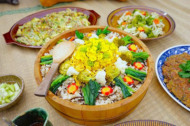 菜の花をあしらったちらし寿司。