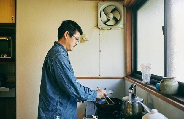 料理をする小林さん。罠猟免許を取得しているのでジビエにも挑戦したいとか。飼いはじめた鶏も「もちろん、しめますよ」。