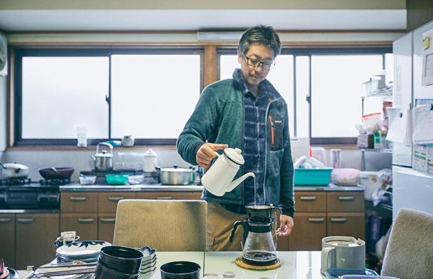 コーヒーを淹れるのは塚田さんの担当。淹れる直前に豆を挽いてくれる。塚田さんはピアノを弾くほか、フランス語の勉強が趣味。