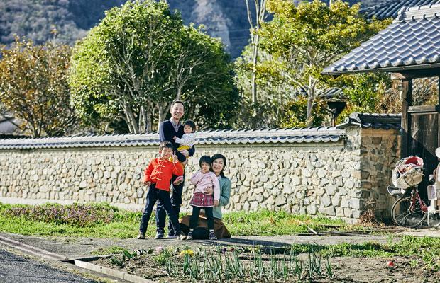 南側の門の前で。子どもたちは家の周辺でとにかくはしゃぎ回る。「(和気への移住は)子どもたちが楽しくしているので良かったと思います」と奥さんの久美さん。