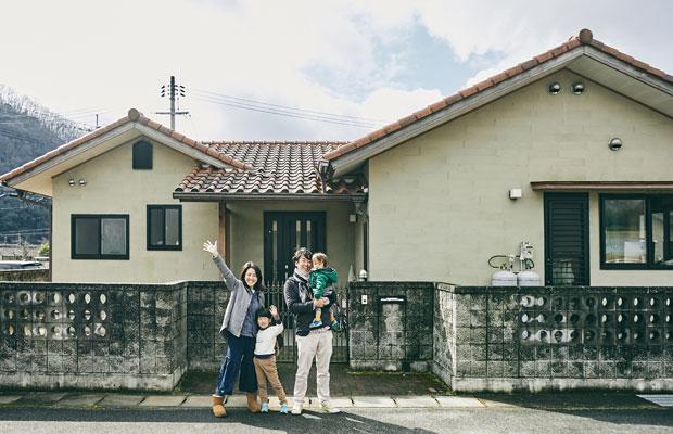 町営住宅の前で。ほかにも関東からの移住者数組が住む町営住宅では近所の交流も盛ん。誠さんが抱いている長男の●クンは移住してから生まれた。