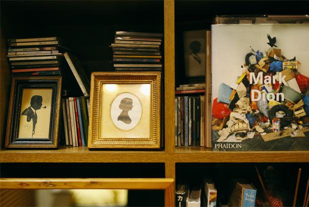 本やCDが飾られた棚