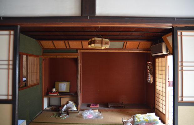 2階の床の間は、この地域では珍しいベンガラ色の土壁。
