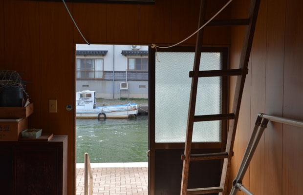 扉でトリミングされた内川の水面が、なんとも美しい。