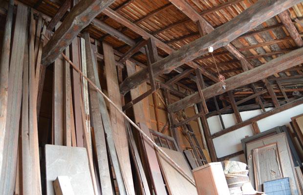 小屋の2階は商売道具や材木、建具でいっぱいの空間。