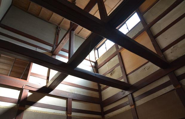 天井を壊して、吹き抜けの状態に戻したツギノマ。