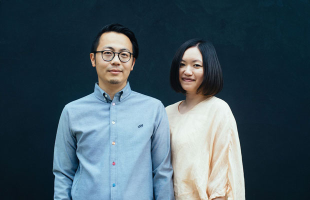 南砺市井波で、ゲストハウスも経営する建築家の山川智嗣さん、さつきさんご夫妻。海外でも活躍するおふたり。